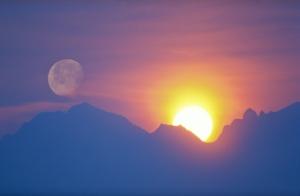 Soleil levant derrière les montagnes